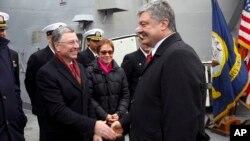 Kurt Volker (levo) u društvu bivšeg predsednika Ukrajine Petra Porošenka u februaru ove godine (Foto: AP)