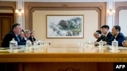 پیانگ یانگ میں دونوں ملکوں کے اعلیٰ حکام کے درمیان ہونے والے مذاکرات کا ایک منظر