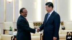 شی جینپینگ، رئیس جمهوری چین (راست)، دست میدهد با مشاور امنیت ملی هند، شيوشانکار منون، قبل از جلسه در سالن بزرگ خلق در پکن – ۱۸ شهريور ۱۳۹۳ (۹ سپتامبر ۲۰۱۴)