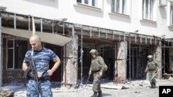 士兵在車臣首府格羅茲尼發生爆炸的現場進行調查。
