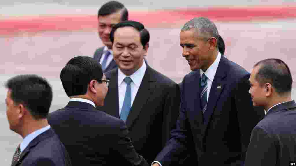 Shugaba Obama lokacin da yake gaisawa da Ministan harkokin wajen Vietnam Pham Binh Minh