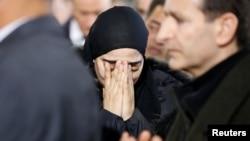 Une femme en pleurs lors d'une cérémonie funéraire pour trois des victimes du meurtre au Centre culturel islamique du Québec, à Montréal, Québec, Canada, 2 février 2017.