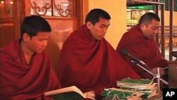 僧人在达兰萨拉为达赖喇嘛出行平安祷告