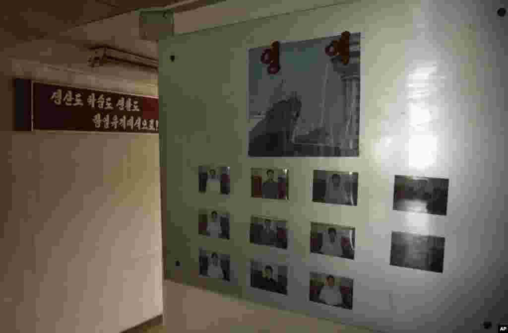 Fotos de los integrantes de la tripulación fueron colocadas en una de las paredes del barco de bandera norcoreana detenido en Panamá por transportar armas sin declarar. El barco había partido del puerto de La Habana, Cuba hacia Corea del Norte, país que tiene un embargo de armas dispuesto por Naciones Unidas. (AP Photo/Arnulfo Franco).