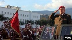 El presidente Hugo Chavez saluda a las tropas presentes durante un acto de conmemoración.