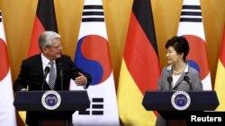 2015年10月12日德国总统高克(左)与韩国总统朴槿惠(右)在联合新闻发布会