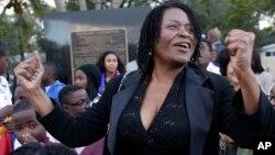 Marleine Bastien, directora ejecutiva de la organización Mujeres Haitianas de Miami celebra la decisión del presidente Obama de eliminar el trato preferencial para los cubanos.