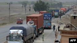 دونوں ملکوں کے درمیان مصروف ترین گزرگاہ طورخم سرحد 'باب پاکستان' کے مقام پر پھنس جانے والی 34 کارکو گاڑیاں افغانستان میں داخل ہو گئی ہیں۔(فائل فوٹو)