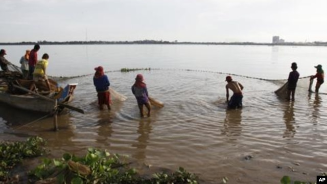 Residents in the floating villages here say they rely on fish to feed their families, but they are only allowed to use nets 50 meters in length or shorter.