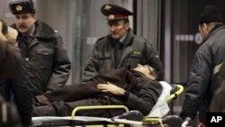 襲擊事件後傷者被擔架抬出現場