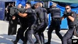 پولیس هسپانیه تلاش می کند تا سایر افراد را که در سایر افرادیکه در این حمله دهشت افگنی است، دستگیر کند
