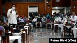 Wali Kota Surabaya Tri Rismaharini mengumpulkan para pihak swasta dan pemerintahan untuk membahas pembuatan protokol di amsing-masing institusi untuk mencegah penyebaran virus corona (Foto: VOA/ Petrus Riski)