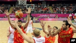 Tim bola basket Spanyol (kostum merah-merah) berhasil mengalahkan tim Rusia (putih) melalui pertandingan ketat dalam olimpiade London hari Jumat (10/8).