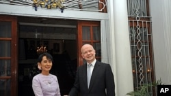 Burma democracy icon Aung San Suu Kyi (L) shakes hands with British Foreign Secretary William Hague ahead of a meeting at the British ambassador's residence in Rangoon on January 5, 2012.