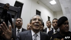 Nhà cựu độc tài Guatemala Efrain Rios Montt nói chuyện với các nhà báo sau khi một thẩm phán đặt ông trong tình trạng quản thúc tại gia hôm 26/1/12