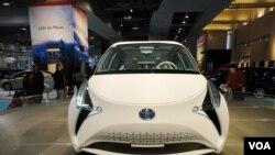 Novedosos modelos de automóviles sacados de revista en el Washington Auto Show 2013.