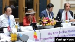 13일 오스트리아 빈에서 열린 북한 자유이주민 인권을 위한 북한인권국제의원연맹(IPCNKR) 제12차 연례 총회에서 탈북자 박정옥 씨가 탈북 과정에서 겪은 북한인권 실상을 증언하고 있다.