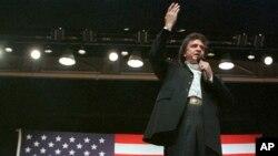 En esta foto de archivo se ve al legendario cantante country Johnny Cash actuando en Jackson, Tennessee., en octubre de 1986.