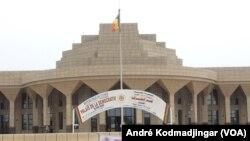Le Palais de la Démocratie abritant le siège de l'Assemblée Nationale N'Djamena, Tchad, 13 septembre 2017 (VOA/André Kodmadjingar)