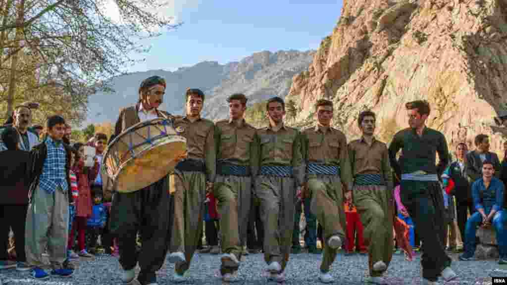 مراسم موسیقی سنتی کردی همراه با اجرای رقص محلی (هلپرکه) در طاق بستان کرمانشاه. عکس: عرفان کرمی، کرمانشاه