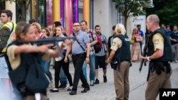 La police évacue un centre commercial à Munich le 22 juillet 2016 suite à la suite d'une fusillade.