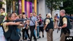 德国警察在疏散慕尼黑奥林匹亚商场里的人,之前该商场发生枪击。(2016年7月22日)