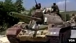 Pasukan keamanan Suriah terus melakukan kekerasan terhadap demonstran anti-pemerintah (foto: dok). Military tanks drive into the Jabal Al-Zawya area of Idlib on August 1, 2011 in this still image taken from video posted on a social media website. T