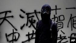 China prohibió la mayoría de los envíos de ropa y otras prendas negras a Hong Kong, usadas por los manifestantes en las protestas. Foto AP.