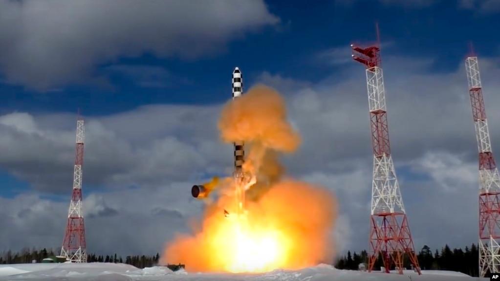 Tên lửa xuyên lục địa Sarmat của Nga rời bệ phóng.