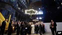 教宗方濟各星期六訪問伊斯坦布爾﹐參觀一間後來成為博物館的拜占廷時期聖索菲亞大教堂改成的清真寺。