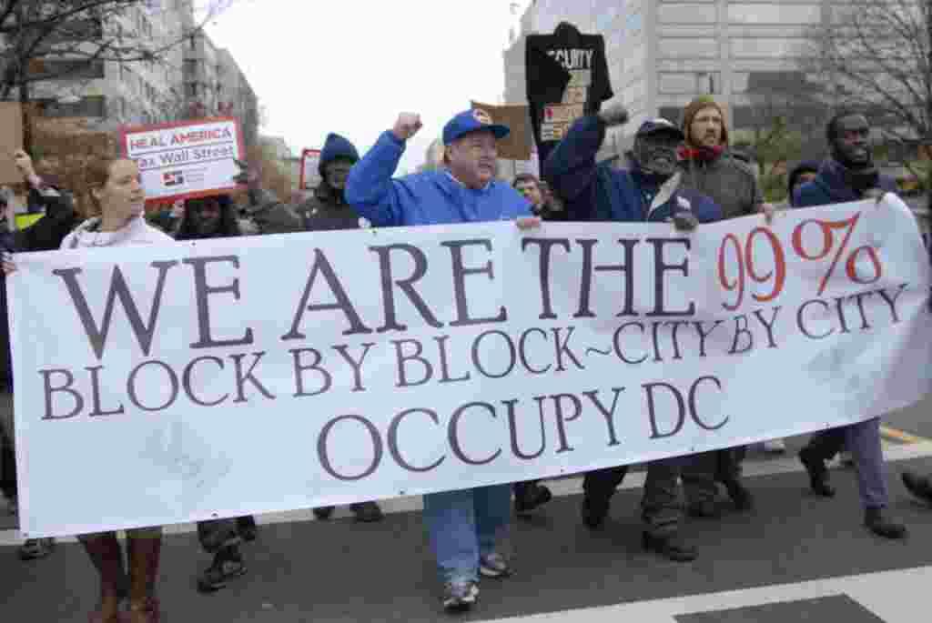 """Los que se autodenominan """"el 99%"""" acusan al restante """"1%"""" de haber engañado a EE.UU. con políticas que solo favorecen a las grandes corporaciones."""
