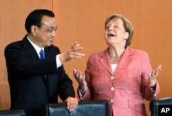 German Chancellor Angela Merkel and China's Premier Li Keqiang joke prior to a meeting at the chancellery in Berlin, Germany, May 31, 2017.