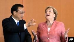 中国总理李克强五月底开始访问欧洲,在争取欧盟承认中国市场经济地位等重大经贸问题上遭遇挫折。图为李克强与德国首相默克尔在一起。(资料照片)