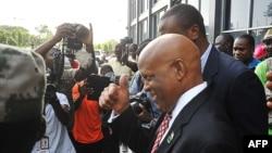 L'ancien candidat libérien au Parti de la Liberté d'opposition, Charles Brumskine, à droite, quitte la Cour suprême à Monrovia, Liberia, novembre 2017.