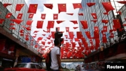 香港主權移交中國20週年之際香港街道上空的中國國旗與香港特區旗幟。(2017年6月27日)