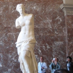 Visitors admiring the Venus de Milo