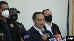El fiscal general de El Salvador, Rodolfo Delgado, en conferencia de prensa en la sede del partido ARENA, luego de informar de la autorización para llevar a cabo un embargo contra el partido. San Salvador, 2 de julio de 2021.
