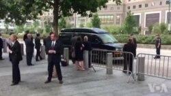 Clinton chancelle en quittant la cérémonie du 11 septembre à New York