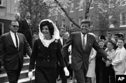 ARCHIVO - El presidente John F. Kennedy y la primera dama Jacqueline Kennedy salen de la iglesia católica Holy Trinity en Georgetown, el 29 de abril de 1962, luego de asistir a misa.