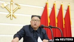 북한이 김정은 국무위원장이 참석한 가운데 노동당 정치국 확대회의를 열고 신종 코로나바이러스 감염증 문제 등을 집중 논의했다고, 조선중앙통신이 29일 전했다.
