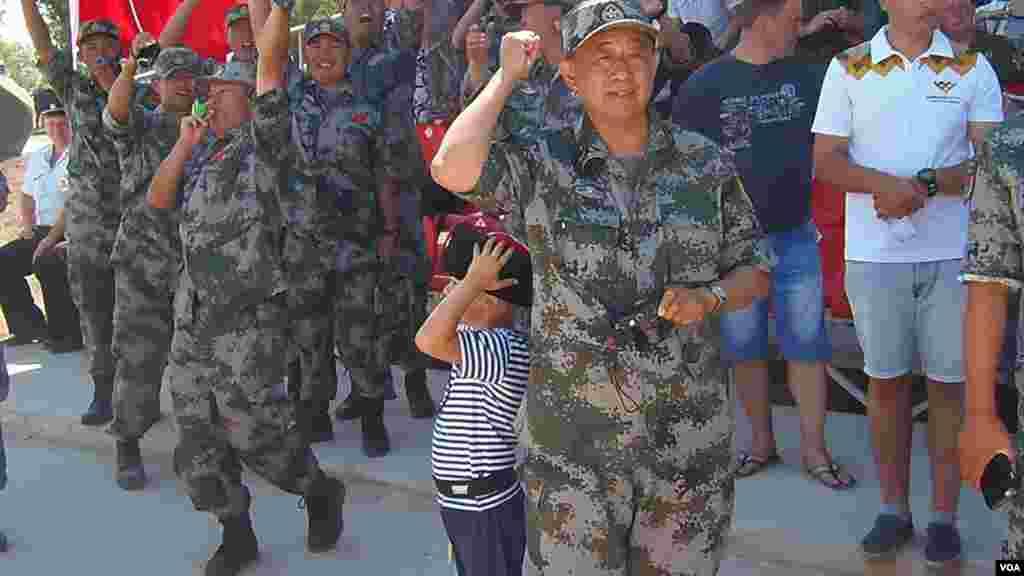 防空部队比赛中,中国这次参加俄罗斯军事比赛活动的中国代表团团长,总参军训部副部长刘英少将到场助威。