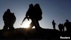 Pasukan keamanan Afghanistan tengah memeriksa lokasi ledakan di Kabul, 18 November 2014 (Foto: dok). Presiden Obama dikabarkan akan memperluas peran militer AS di Afghanistan (21/11).