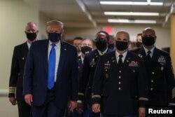 Başkan Trump 11 Temmuz'da Walter Reed Askeri Hastanesi'ne yaptığı ziyaret sırasında ilk kez maskeyle görüntülendi.