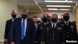 Президент США во время посещения Национального военно-медицинского центра имени Уолтера Рида в Бетесде, штат Мэриленд.