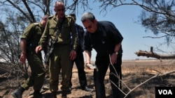 Israeli Defense Minister Ehud Barak visiting south border area, August 6, 2012. (Courtesy of Ariel Hermoni, Israel Ministry of Defense)