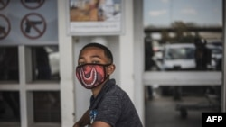 Một cậu bé mang khẩu trang phòng lây nhiễm virus corona ở Soweto, Johannesburg, ngày 24/3/20.