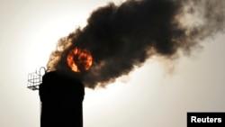 2013年12月9日山西太原供热厂烟囱滚滚浓烟后的太阳