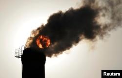 중국 산시성 타이위안 시의 화력발전소에서 검은 연기가 치솟고 있다.