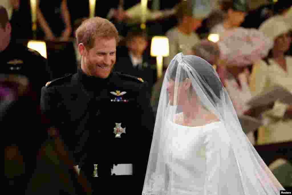 哈里王子與新娘梅根·馬克爾相互對視。 (2018年5月19日)