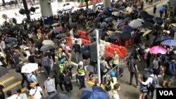 Demonstran pro-demokrasi Hong Kong melakukan aksi protes di dekat bandara hari Minggu (1/9).